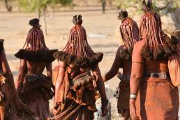 Frauen des Himba-Volkes in Namibia in traditioneller Kleidung